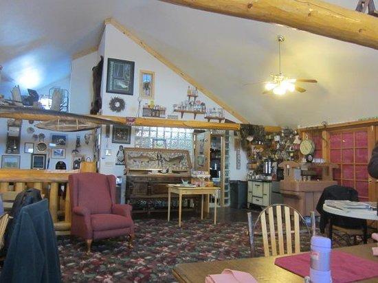 A Taste of Alaska Lodge: Breakfast buffet area