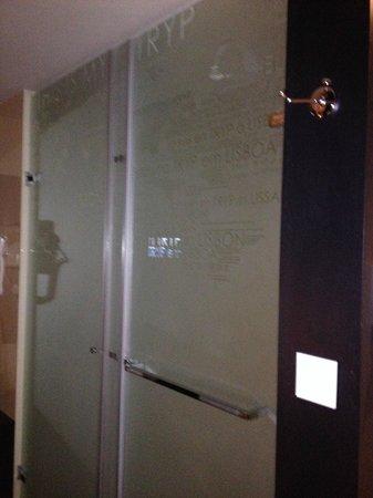 TRYP Lisboa Aeroporto Hotel: Bathroom doors