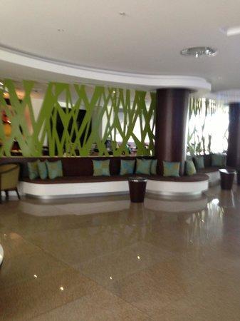 Hotel Indigo Veracruz-Boca del Rio: Lobby and cafe/lounge in the background