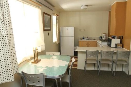 Island Acres Resort Motel: Kitchen with 1950's vintage table with our largest kitchen