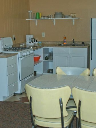 Island Acres Resort Motel: Kitchen with 1950's dinette with one of our largest kitchens