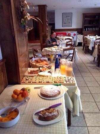 Hotel Le Clocher: Breakfast.