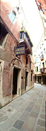 Ca' del Nobile: Вывеска отеля на улице