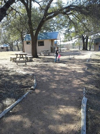 Foothills Safari Camp at Fossil Rim : Pathway between the tents