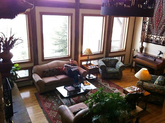 Taharaa Mountain Lodge: View of great room/lobby