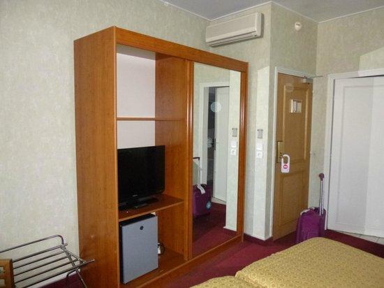 Hôtel de France : Armario con televisor y caja fuerte