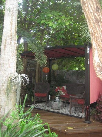 Atlantis House : Backyard. One of the seating areas