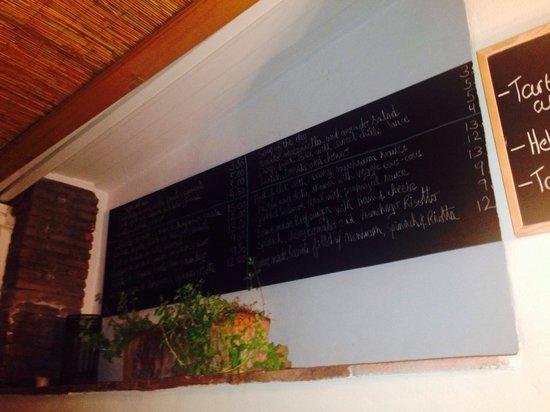 Mingo Bar Restaurante : Speisekarte an der Wand auf Spanisch und englisch.