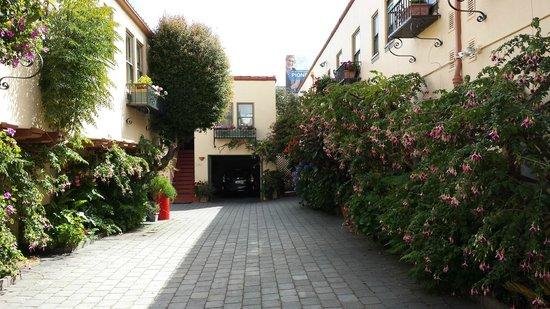 Marina Motel: Patio y zona de acceso