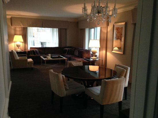 Four Seasons Hotel Chicago: Dining Room Chandelier and living room