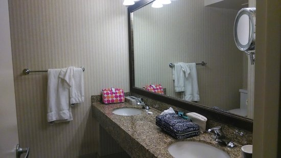 Crowne Plaza Hotel San Diego - Mission Valley: Bathroom for QQ room, 5th floor