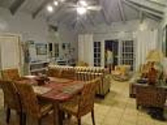 Fort Recovery Beachfront Villa & Suites Hotel: Fort recovery living and dining area