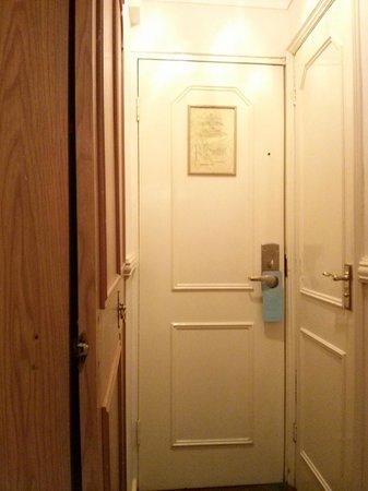 Berjaya Eden Park London Hotel: wardrobe has it's best time long time gone