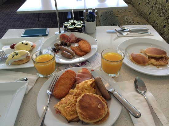 Crowne Plaza Hunter Valley: Our massive breakfast spread!
