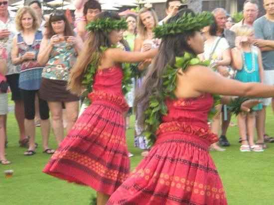 Island Breeze Luau : Lu'au dancers