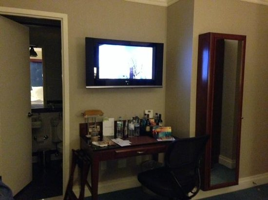 Hotel Chandler: Wall with TV, desk and full length mirror/ironing board cabinet