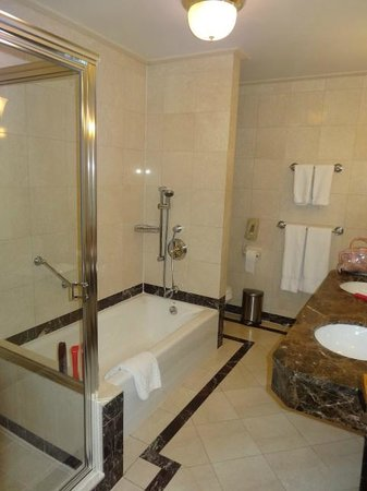 Avalon Hotel : Big bathroom with walk in shower and bath