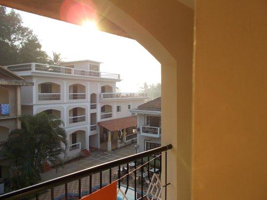 Riverside Regency Resort: Utsikt från rum mot nya delen med restaurangen underst