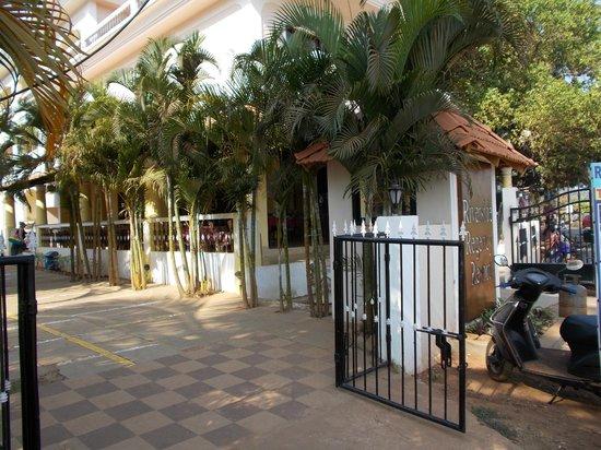 Riverside Regency Resort: Grinden in och restaurangen