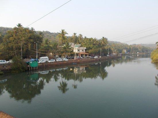 Riverside Regency Resort: Utsikt från Baga bridge mot hotellet (vita byggnaden)