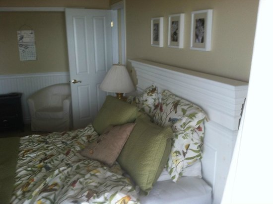 Clear Lake Beach House Suites: Bird Suite Bedroom