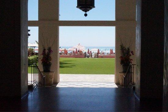 The Royal Hawaiian, a Luxury Collection Resort: ホテルから覗くワイキキビーチ
