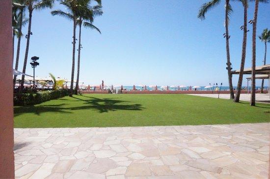 The Royal Hawaiian, a Luxury Collection Resort: ホテルからでた目の前は綺麗な芝生とワイキキビーチです