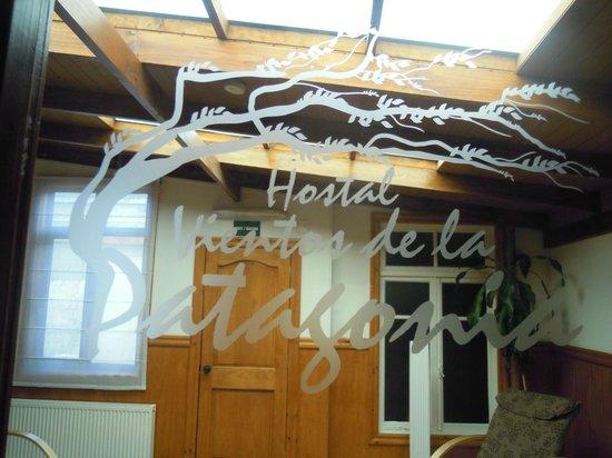 Hostal Vientos de la Patagonia : Vidrio de la puerta de la sala de estar