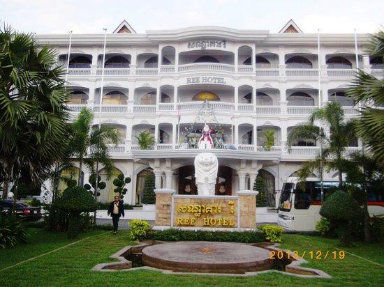 Ree Hotel: ホテル正面にあるマー・ライオン