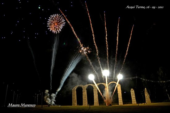 Acqui Terme (AL), l'acquedotto romano con i fuochi d'artificio in occasione della festa di San G