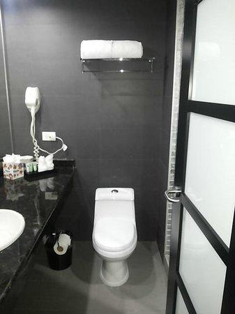 Riande Aeropuerto : Moderno baño y muy limpio