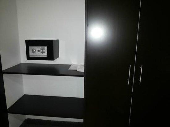 Riande Aeropuerto: Closet y caja fuerte en la habitación