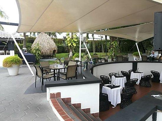 Riande Aeropuerto: Area de comedor cerca a la piscina