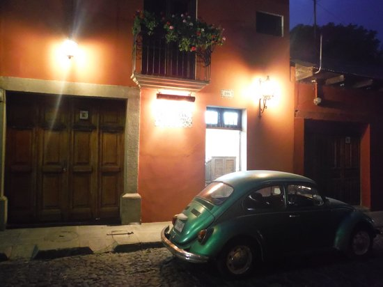 Casa Florencia Hotel: Devant de l'hotel de soir