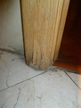 Hotel Exe El Coloso : Hotel El Coloso, Bathroom door frame