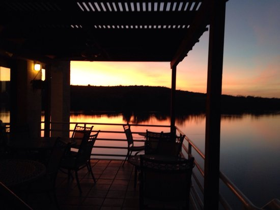 1011 Bistro : The lower terrace, a perfect outdoor spot for a sunset with dinner.