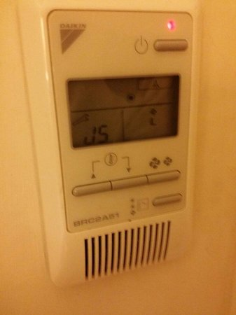 Holiday Inn London - Kensington: The non working air condition.