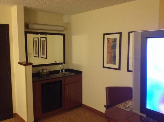Hyatt Place Richmond/Innsbrook: Mini fridge, desk wet bar