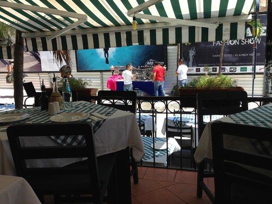 Il Baretto Italian Restaurant: Colorful interior