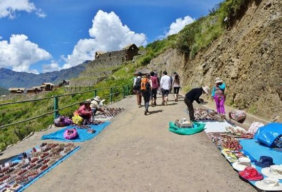 Pisac: Path to the ruins