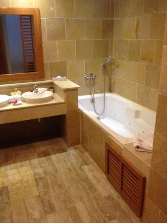 Cofresi Palm Beach & Spa Resort: Bathroom in suite located in building 41