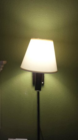 Hampton Inn Jackson/Pearl-International Airport: Bent wall light