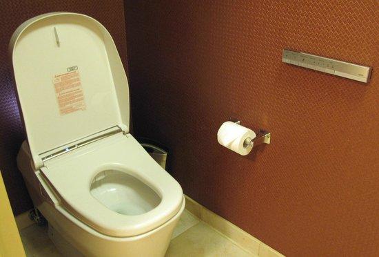 Hilton San Francisco Financial District : Suite's Electronic Toilet
