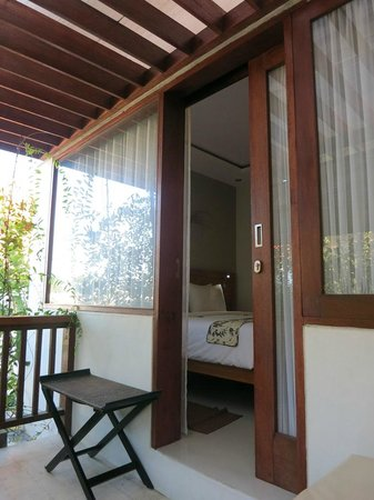 Arana Suite Hotel: view to room from patio