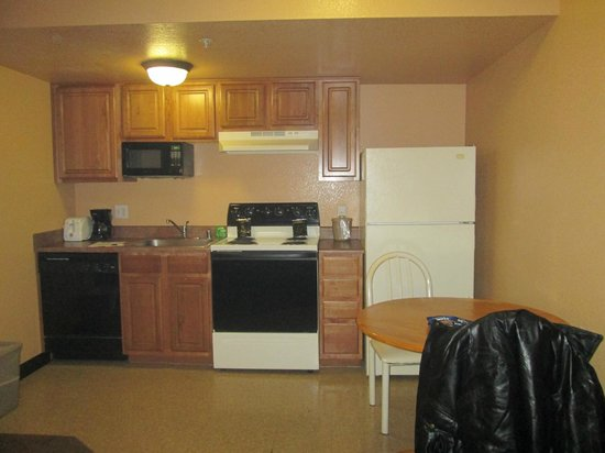 Nellis Suites at Main Gate : Kitchen without utensils