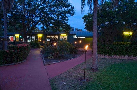 Aurora Kakadu Hotel: Walk to the restaurant, great ambiance