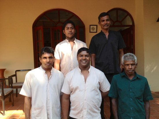 Shangri-Lanka Villa : die liebenswerte Crewhr liebenswert, und emsig damit beschäftigt keine Wünsche offen zu lassen.