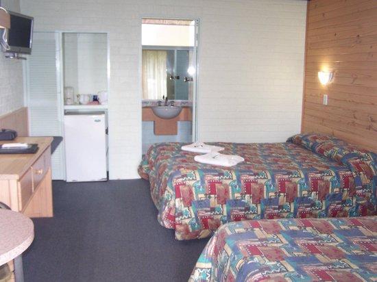 Gloucester Motel & Restaurant : Standard Room - Queen and Single bed