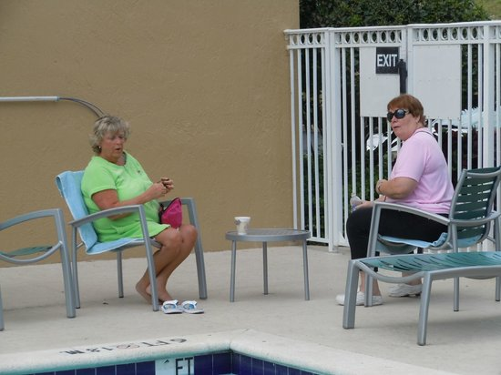 SpringHill Suites Miami Airport South: Girl chilling at pool