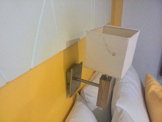 Nantra De Comfort: Gore vlek op lamp boven bed.